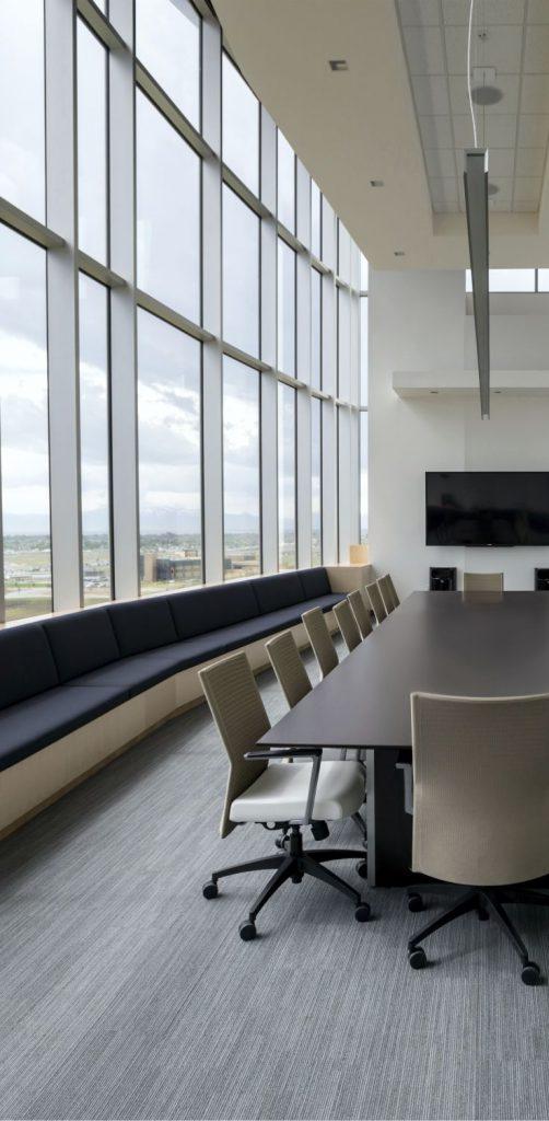 büro mit hohen Fenstern